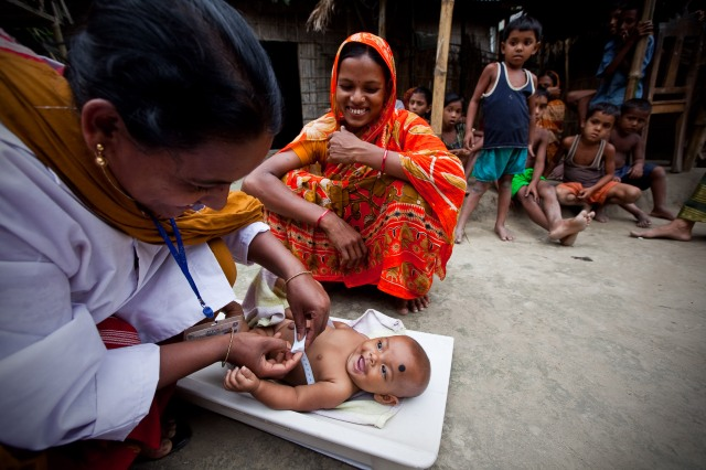 Frontline-health-worker-cares-for-a-baby-in-Bangladesh