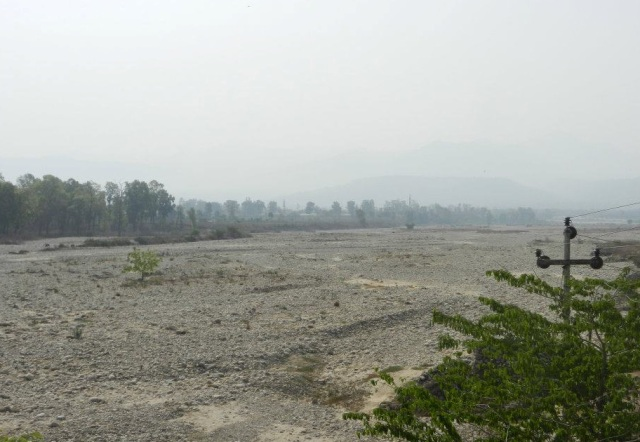 ganga_made_completely_dry_at_haridwar_by_the_bhimgouda_barrage_photo_sandrp-bmp_