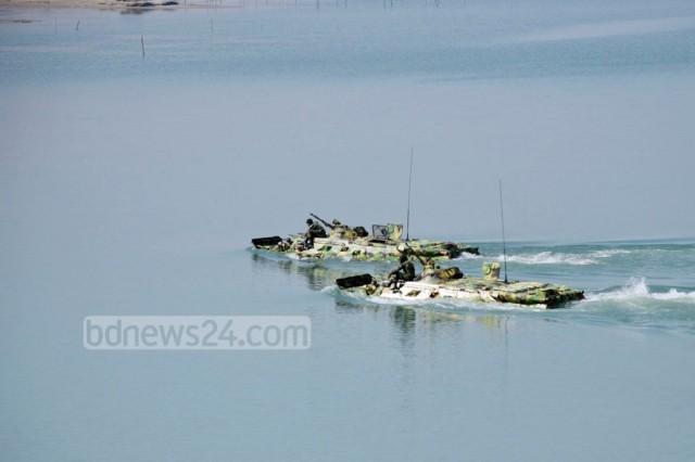 BTR-80-in-river-Bangladesh-Army-1024x683