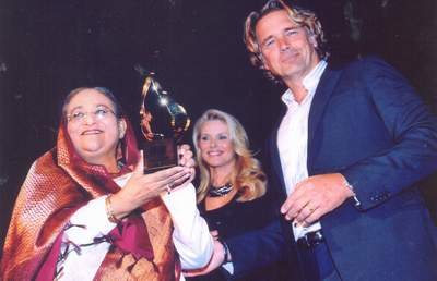 Hasina-receives-a-UN-award