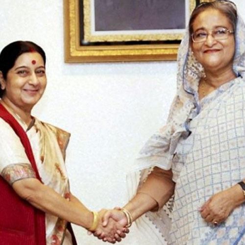NEWS-sushma-meets-bangladesh-pm-modi-accepts-invite-of-sheikh-hasina-1-25229-7846-sushma-swaraj-sheikh-hasina