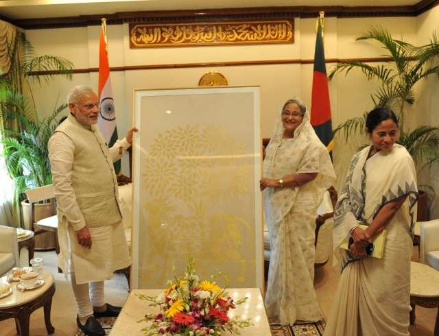 11_PM Modi's gift to the Prime Minister of Bangladesh, Ms. Sheikh Hasina a hand-woven tapestry from Venkatagiri, Andhra Pradesh