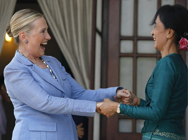 Hillary-Clinton-is-greete-001