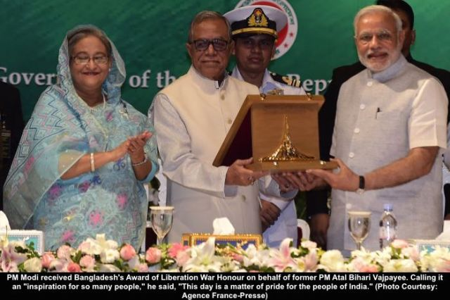 Indian Prime Minister Narendra Modi (L), Bangladeshi Prime Minister Sheikh Hasina (C) and West Bengal Chief Minister Kumari Mamata Banerjee (R) look on during the exchange of agreements between India and Bangladesh in Dhaka on June 6, 2015. Bangladesh and India on June 6 sealed a historic land pact to swap territories, which will finally allow tens of thousands of people living in border enclaves to choose their nationality after decades of stateless limbo. AFP PHOTO/ Munir uz ZAMAN