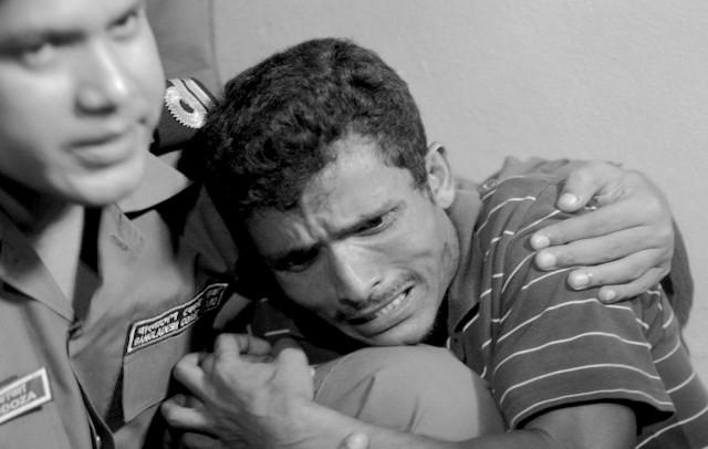 Rohingya-crying-Bangladesh-border-guard-e1344937246736