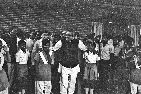 Mujib-with-girl-scouts