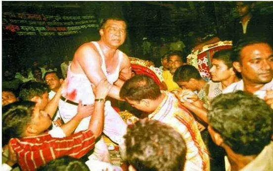 Seriously injured former Dhaka City Mayor & AL Central leader Mohammed Hanif being taken to the hospital - 21 August 2004 Grenade Attack