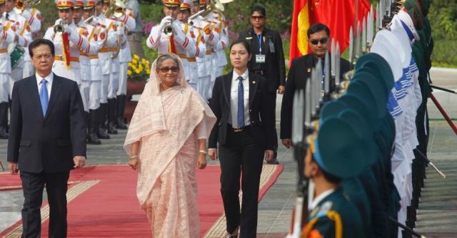 2nov2012---a-primeira-ministra-de-bangladesh-sheikh-hasina-e-recebida-guarda-de-honra-do-vietna-ao-lado-do-premie-vietnamita-nguyen-tan-dung-durante-cerimonia-de-boas-vindas-no-palacio-presidencial-1351850890951_956x500