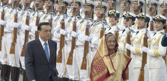 Chinese Premier Li Keqiang and Bangladesh prime minister Sheikh Hasina inspect a Chinese military honor guard