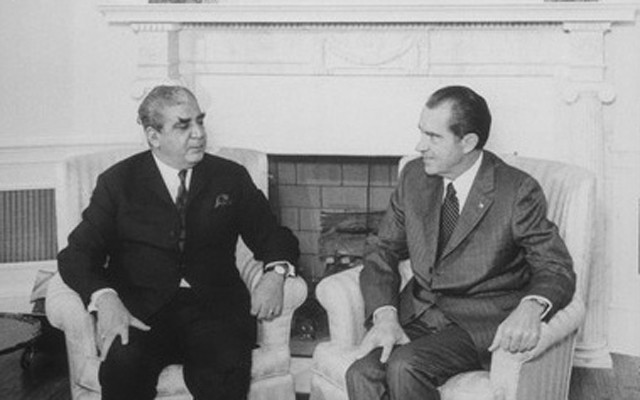 President_Nixon_meets_with